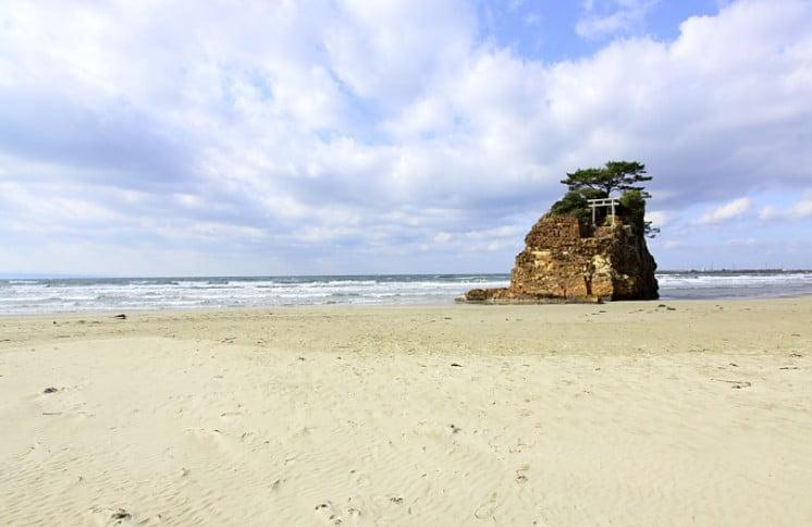 この神在祭では、日本全国の八百万の神々が、「稲佐の浜」に、お着きになられて、神職の方々に先導されながら、出雲大社の本殿を目指されます