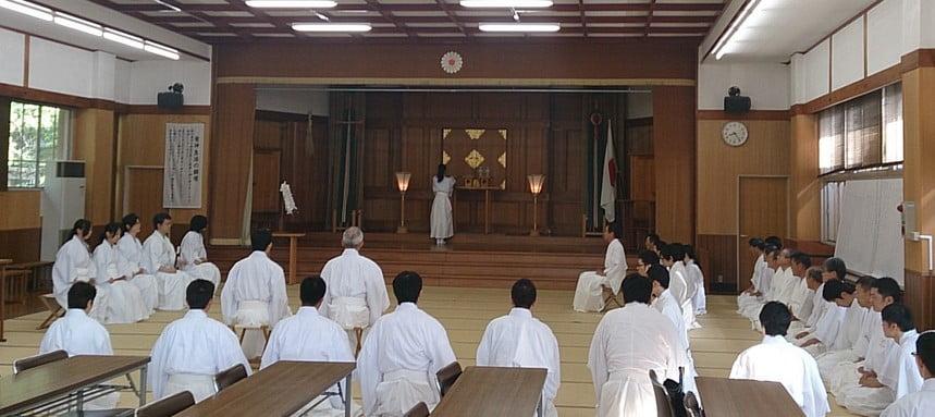 高校卒業後に「神職養成所」という養成所へ1年間か2年間の所定の課程を経て、既定の神職階位が取得