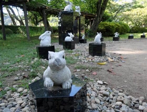 2014年春には、出雲大社育英奨学生の卒業記念として7体の「兎像」が設置