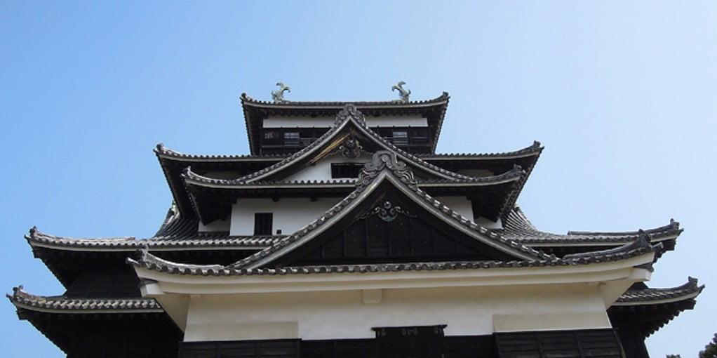 松江城の別名・「千鳥城(ちどりじょう)」の由来は、屋根の形が横からみると、千鳥が飛んで舞うような、美しい優雅な姿