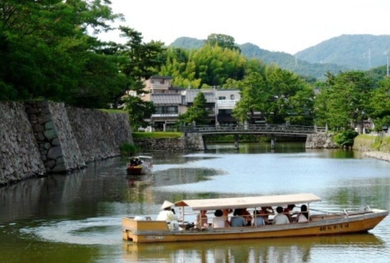 松江城の堀はデカい!お堀に遊覧船が運行している!