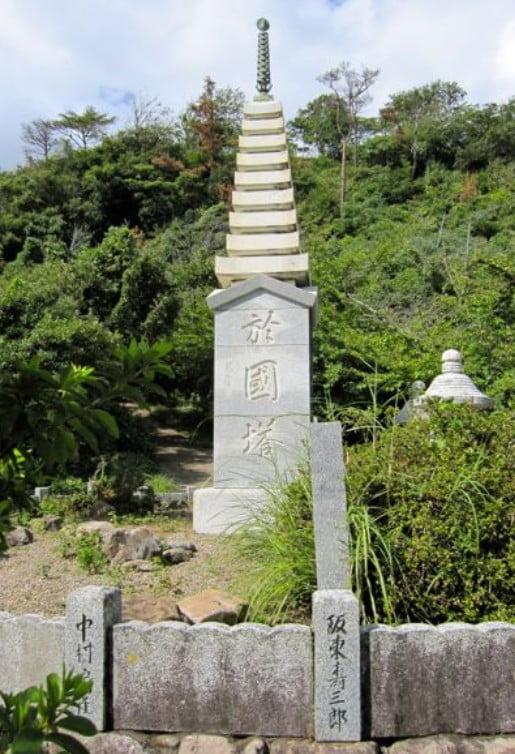 出雲大社の近くには「阿国の墓」と「阿国の塔」があります